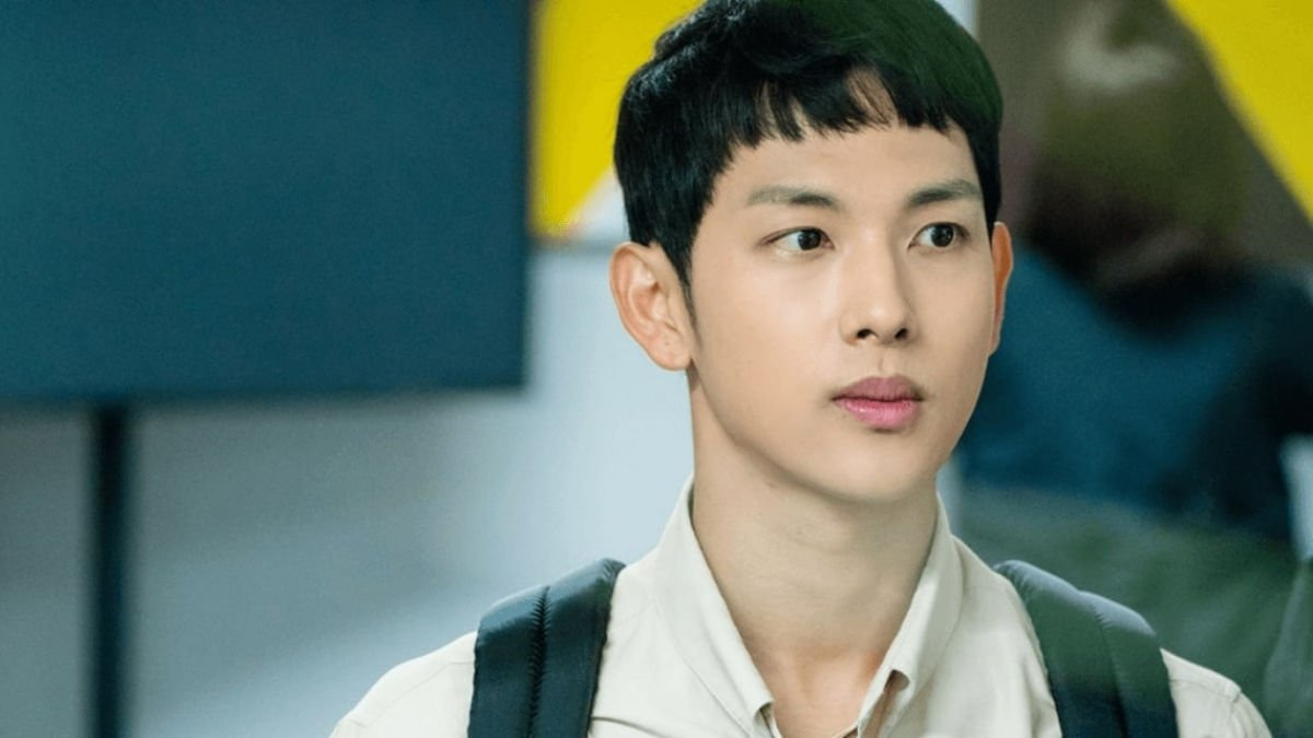Im Shi Wan as Yoon Jong Woo - Strangers From Hell